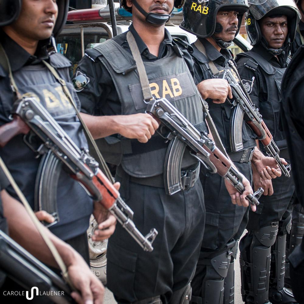 Die Spezialeinheit RAB (Rapid Action Battailon) bewacht die Kreuzung bei Moghbazar.