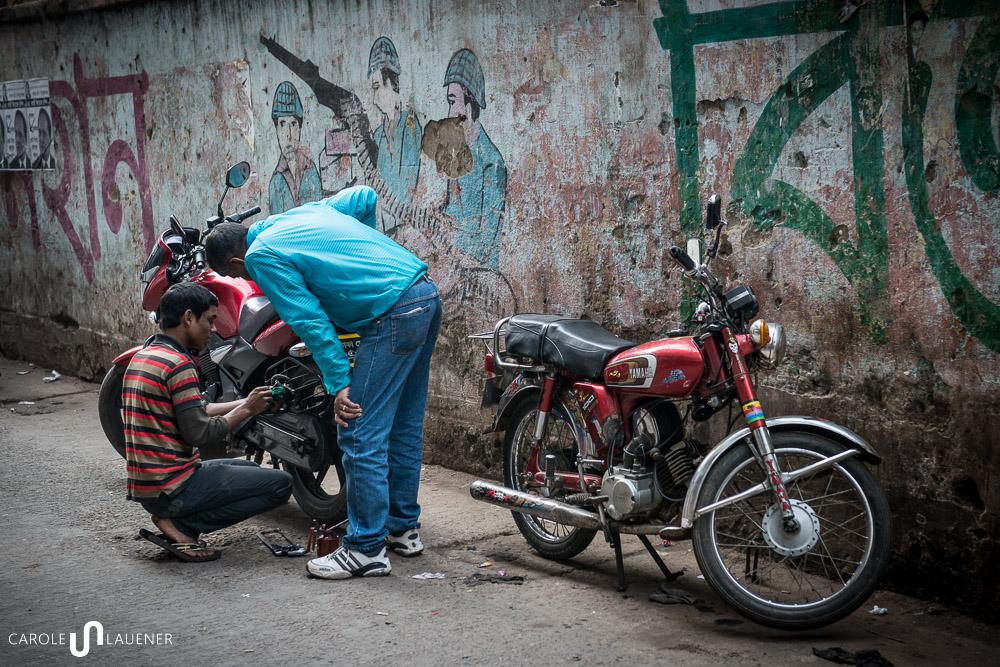 Amran lässt sein Motorrad vor dem Einsatz am Wahltag auf Vordermann bringen.