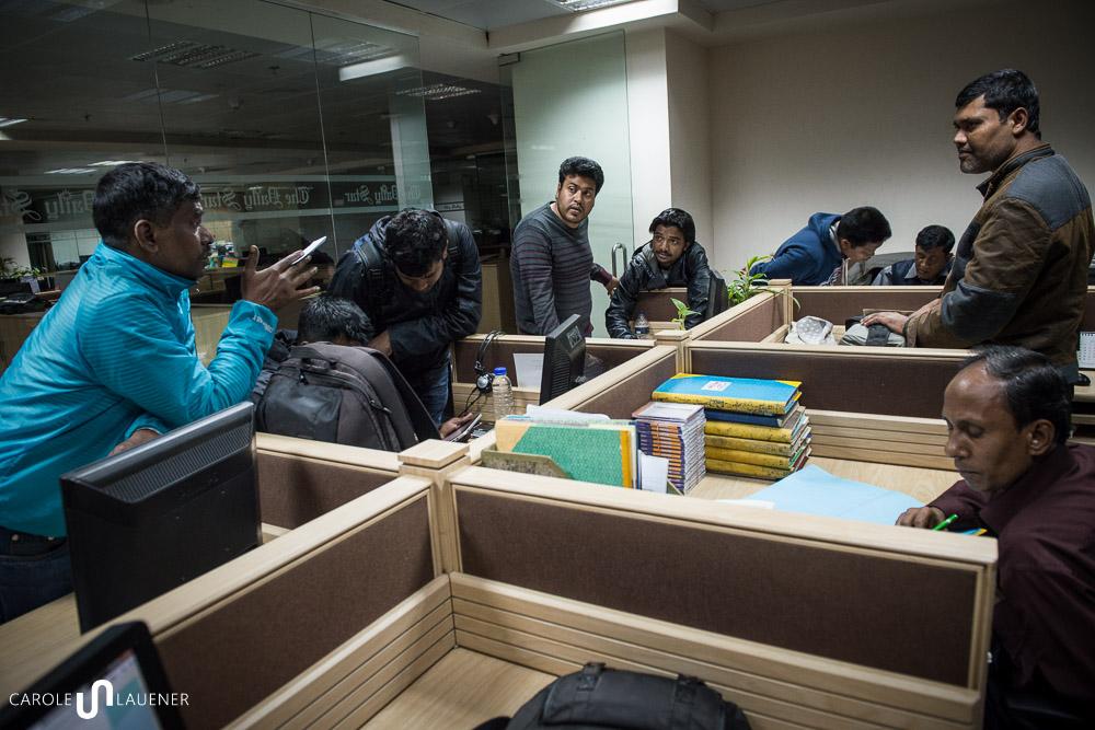 Am Abend vor der Wahl besprechen die Fotografen des Daily Star die Arbeitsaufteilung und die Taktik für den nächsten Tag.