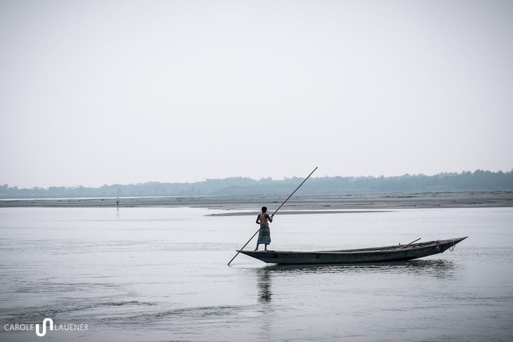Am Teesta River in der bangladeschischen Enklave Dohogram-Angorpotha. Auf der anderen Flussseite ist Indien.