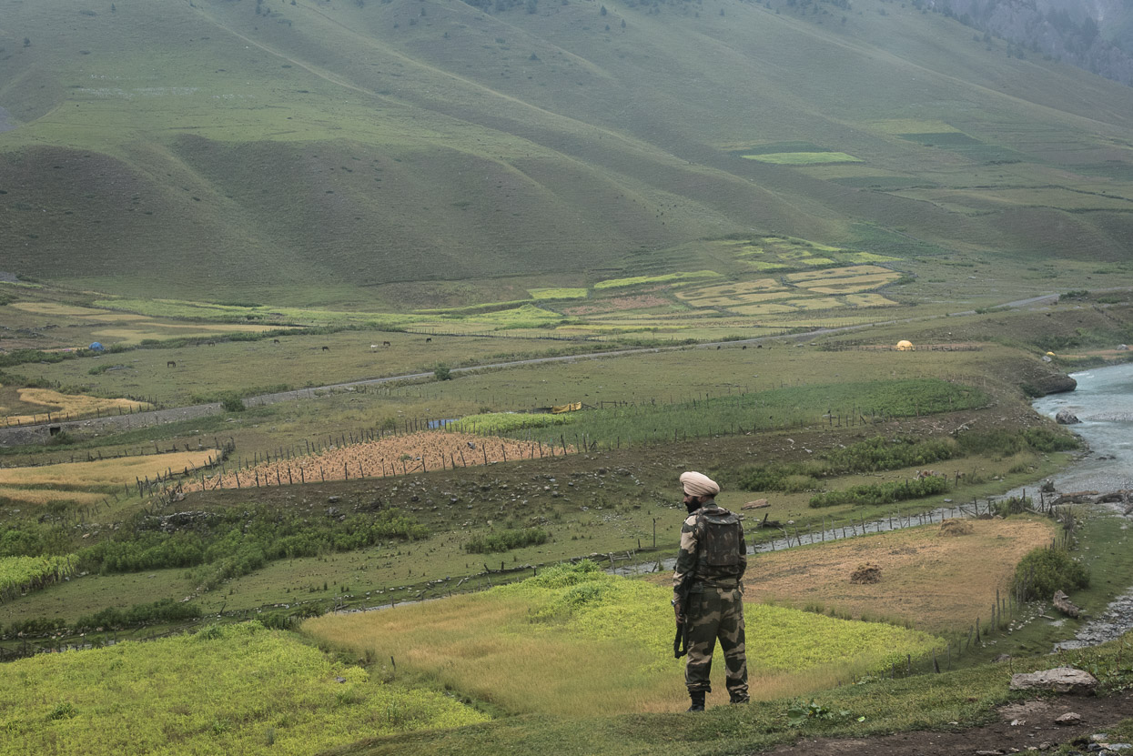 indian soldier controlling pakistani border along srinagar leh highway