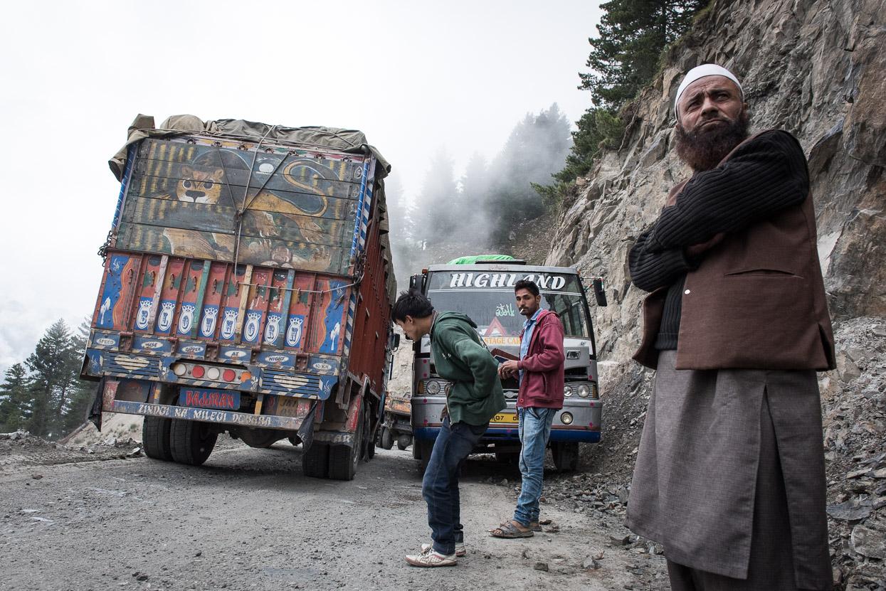 truck crossing a bus on srinagar leh highway