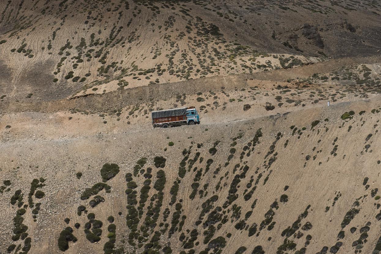 truck climibing manali leh highway d1